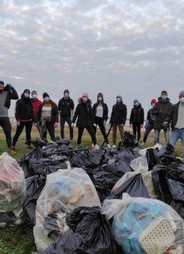 """I ragazzi di """"Green Bei"""", il movimento autonomo di pulizia delle spiagge"""