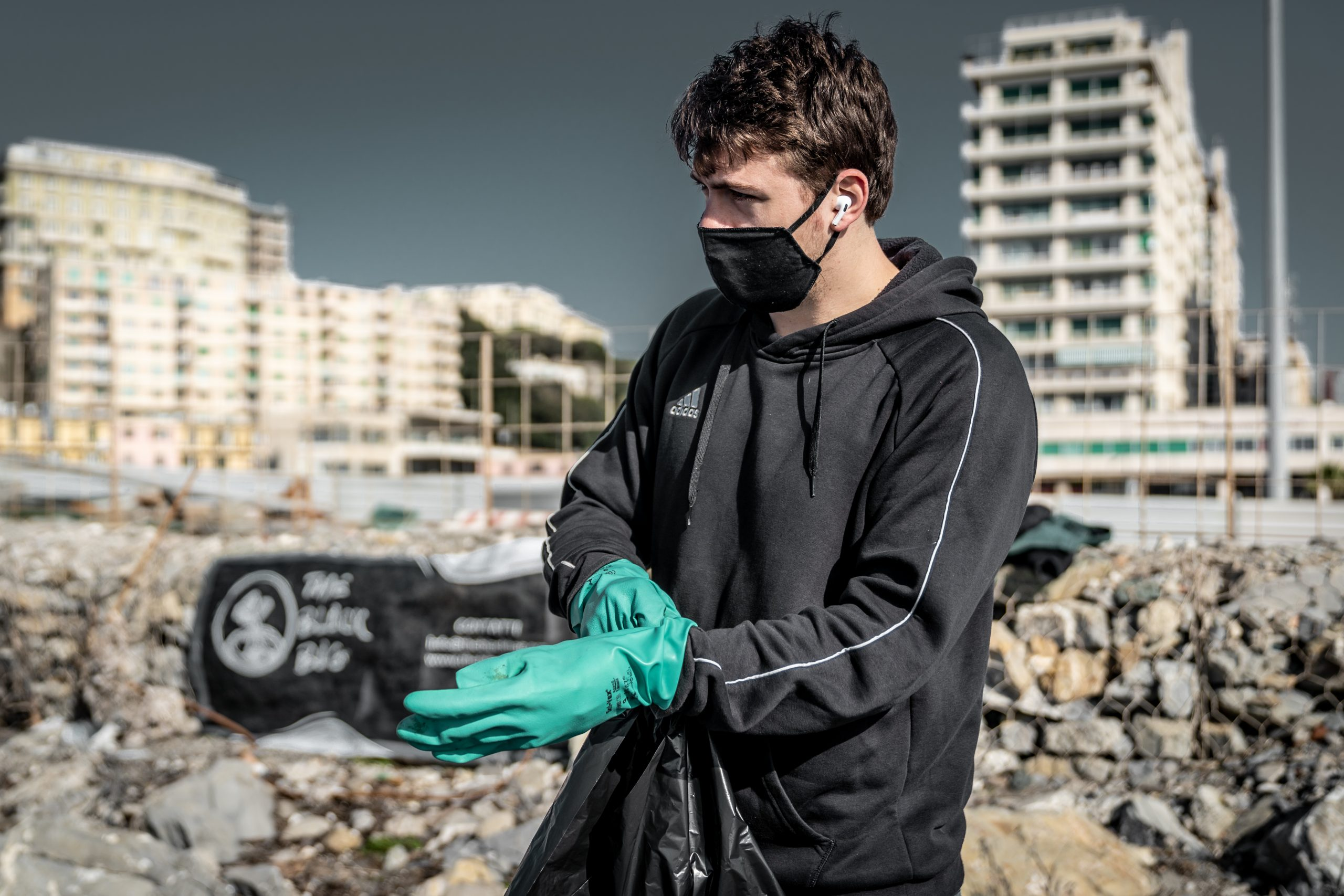The Black Bag, l'associazione di tutela ambientale nata pulendo le spiagge in Liguria